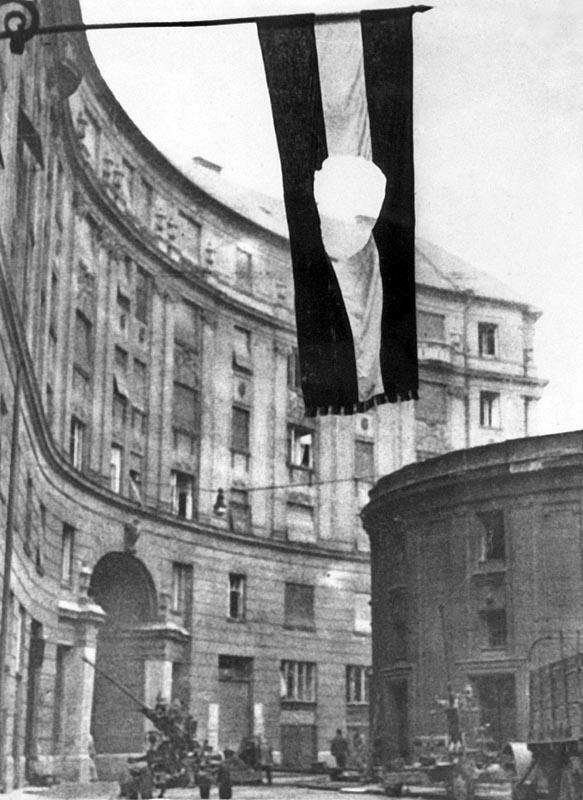 A lukas zászló a forradalom jelképe – 1956, a Corvin köznél